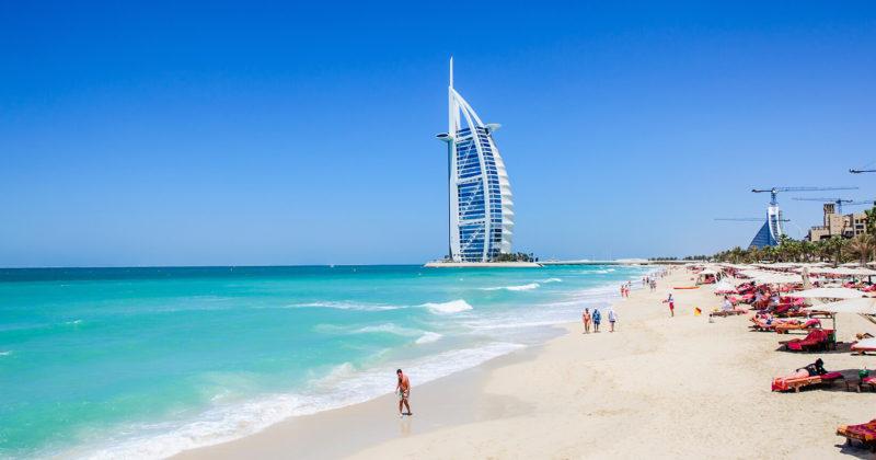 пляж в Дубаи в хорошую погоду