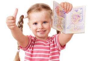 Загранпаспорт в руках ребенка